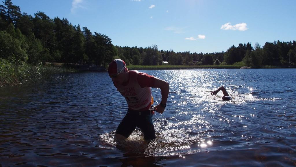 Tomas och Andreas på väg upp från första simningen. Foto: Nordslingan Swimrun.