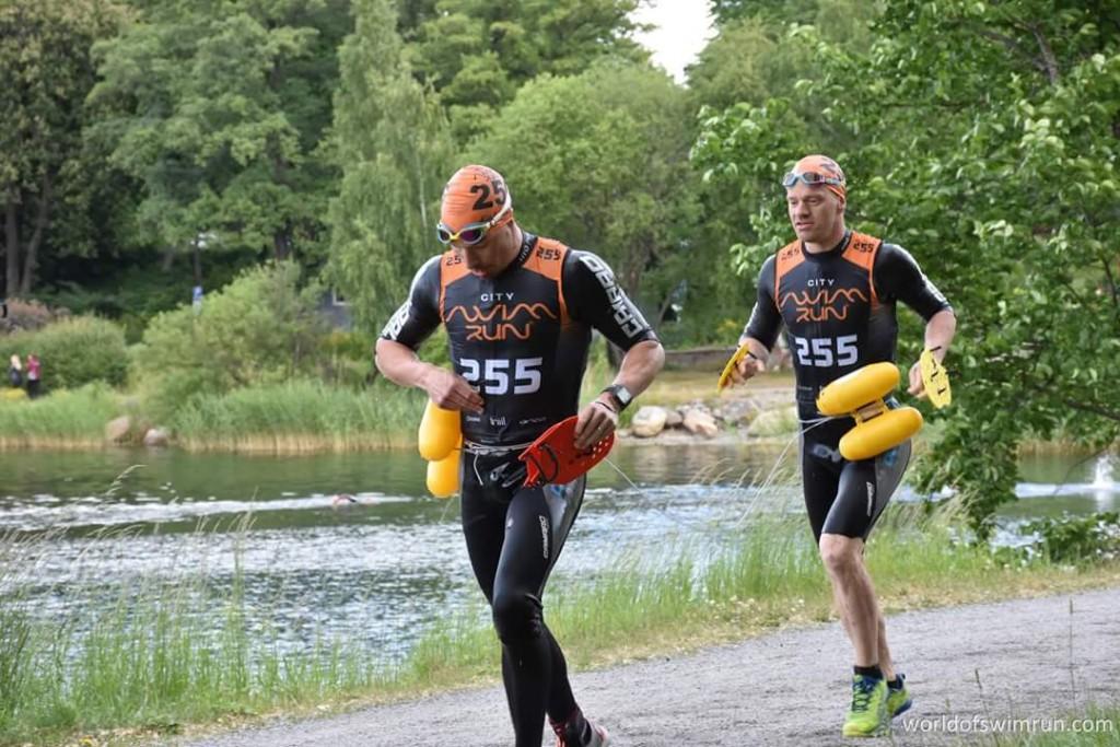 Tomas och jag på Stockholm Swimrun 2016. Man ser aldrig riktigt cool ut med en dolme byggd av flythjälpmedel för barn. Foto: World of Swimrun.