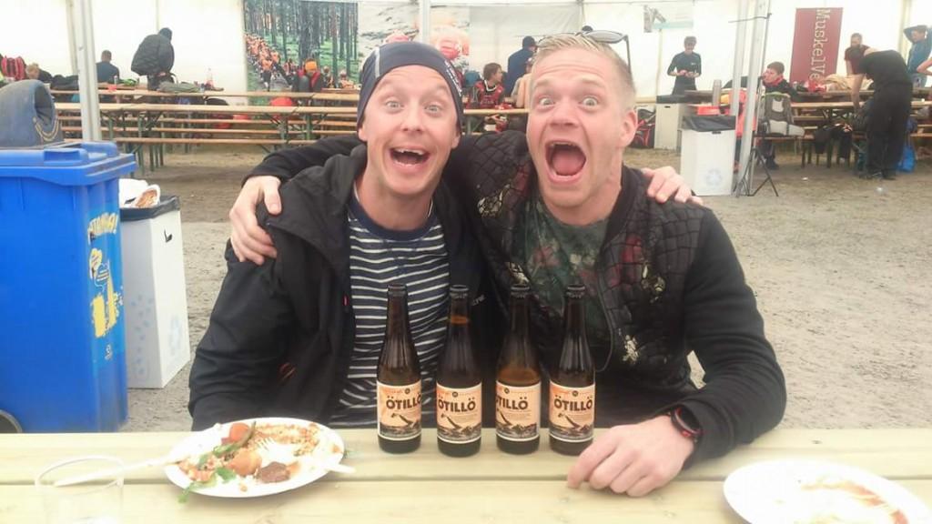 Henrik och Andreas firar Ö till ös deltävling med öl till öl.
