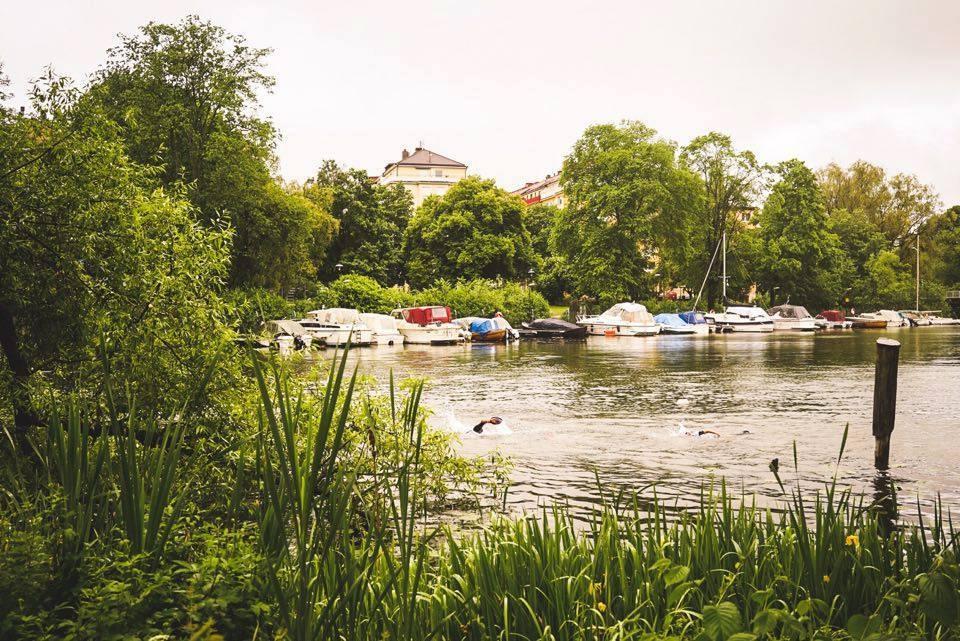 Klockren reklambild för Långholmen Swimrun. Skön miljö. Foto: Långholmen Swimrun.