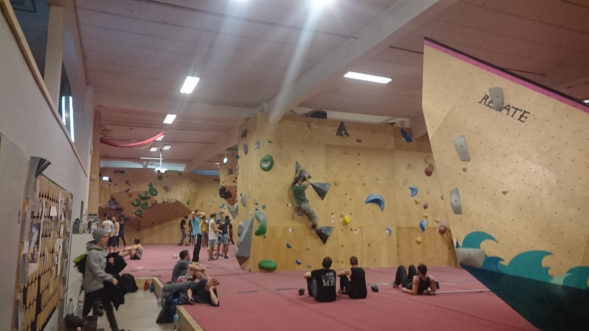 Boulderklub Kreuzberg i Berlin. Bli inte skrämd av plywooden. Här har vi duktiga ledbyggare och fin kvalité på greppen. Bra.