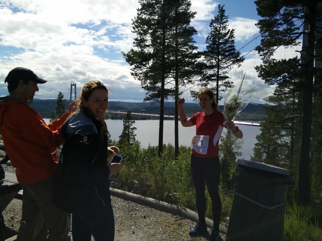 Vinnare damer 129 km: Johanna Bergman. Slog sitt eget banrekord med 2,5 h. På bilden intervjuas hon av SVT.