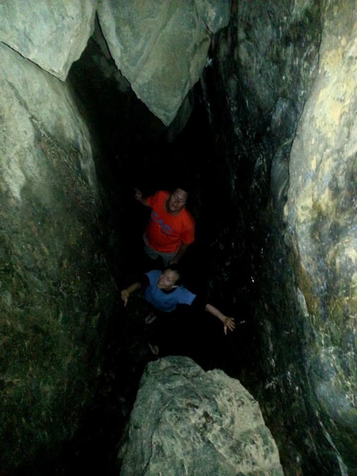 Christer och Elina i en grotta i Häggsta.