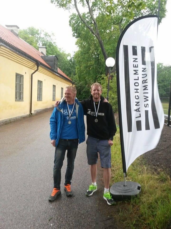 Jag och Jocke poserar som vinnare efter målgång och ombyte. Foto: Långholmen Swimrun.