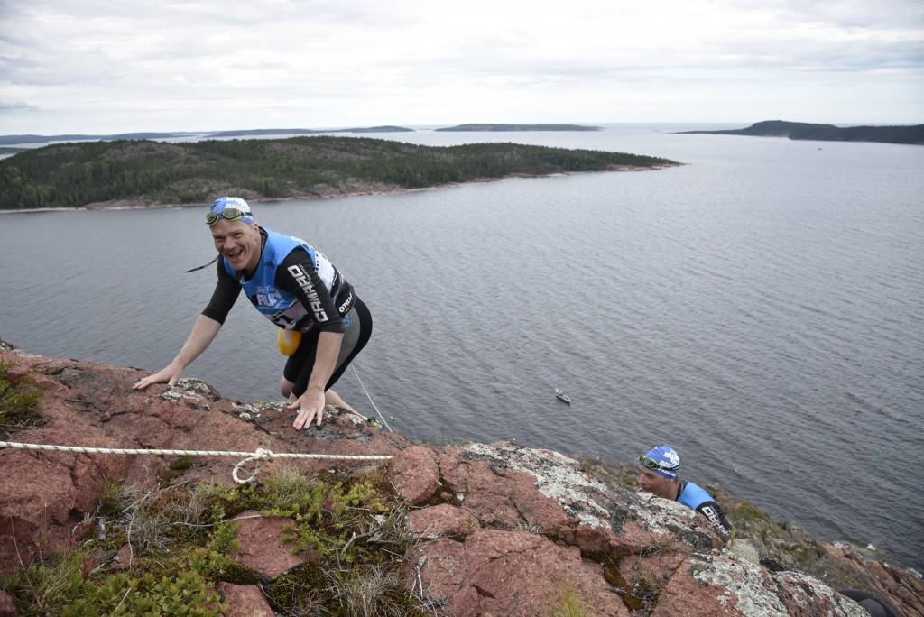 """Jag och Tomas på väg upp från simning. Det heter inte """"Höga kusten"""" för intet. Foto: Leif Wikberg / Höga Kusten Swimrun."""