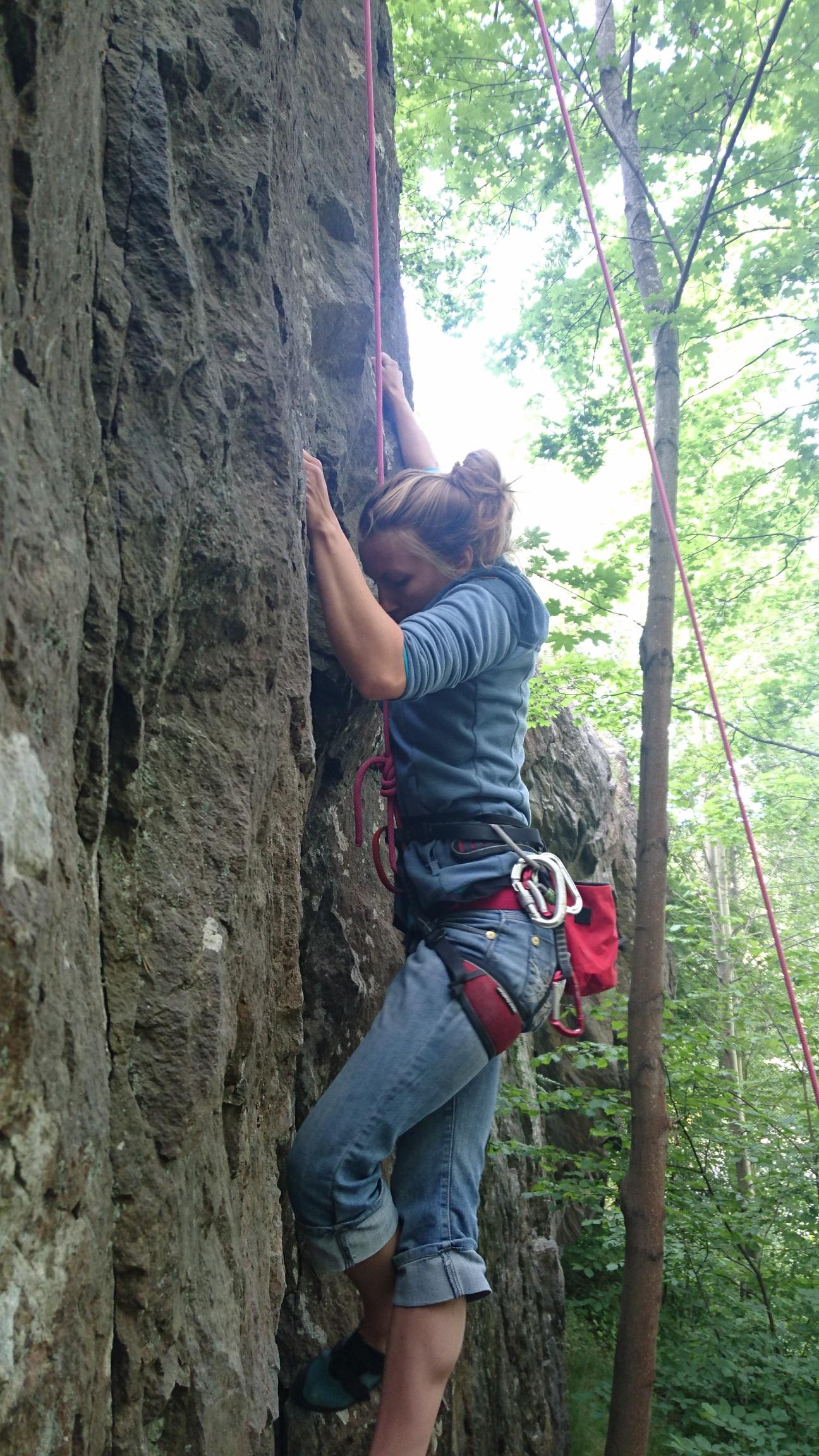 Elina Linnala är bra på att klättra. Sickla, vad nu klippan heter.