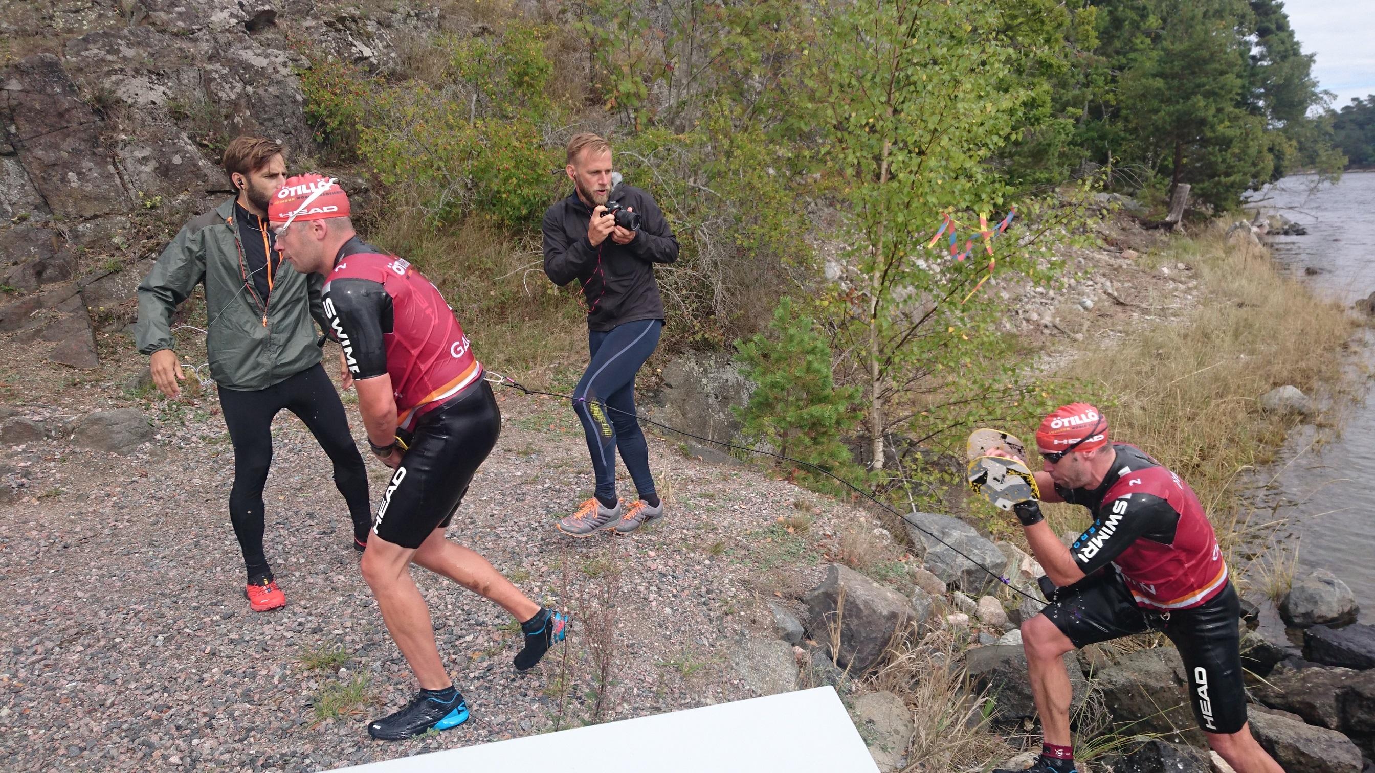 Tittar på Ö till ö 2016. Snabba Lelle Moberg och swimrunroboten Daniel Hansson.
