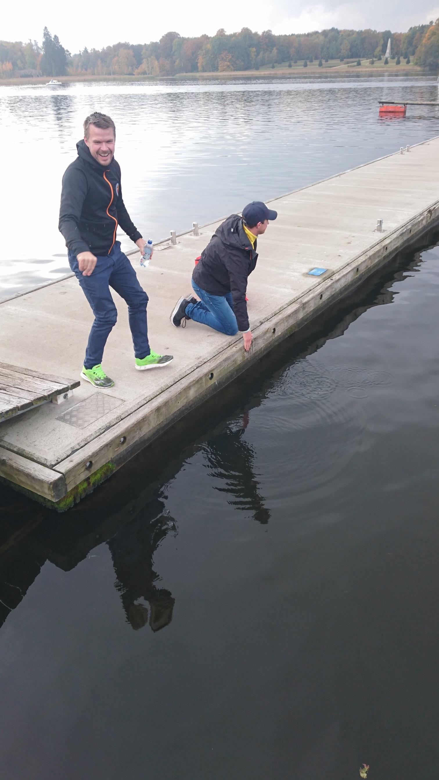 Johan Carlsson skrattar åt den komiska temperaturen i vattnet i Tyskland.