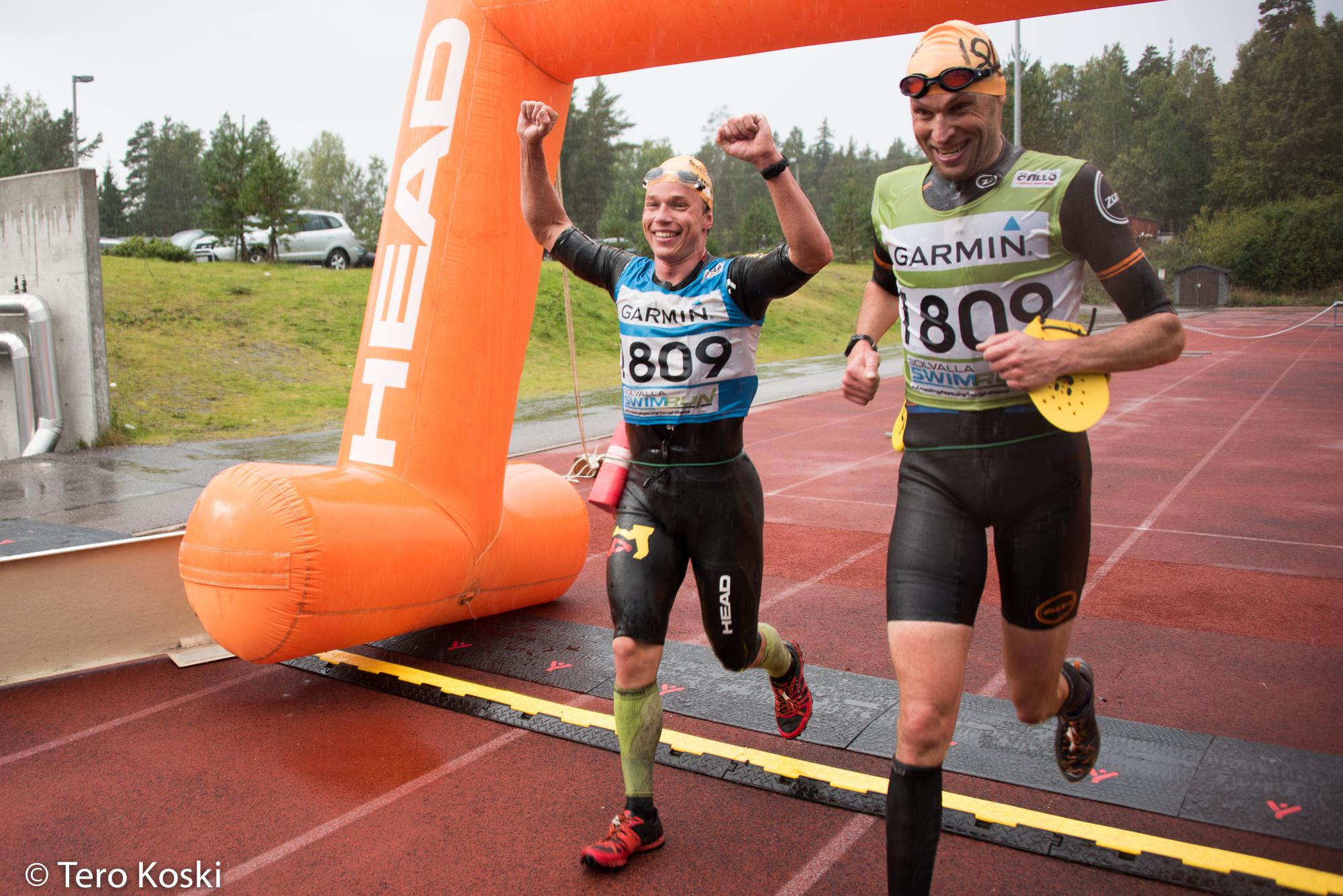 Teemu Lemmettylä och Teemu Toivanen passerar mållinjen och vinner.